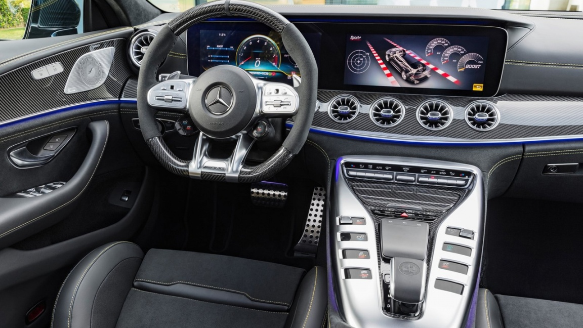 Компания Mercedes-Benz представила пятидверный лифтбек AMG GT.